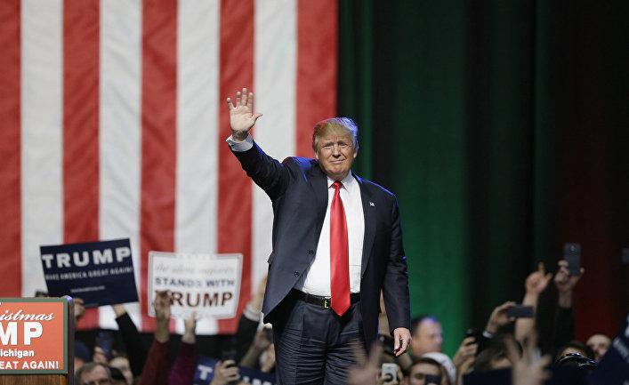 Кандидат в президенты США от Республиканской партии Дональд Трамп приветствует сторонников на предыборном митинге