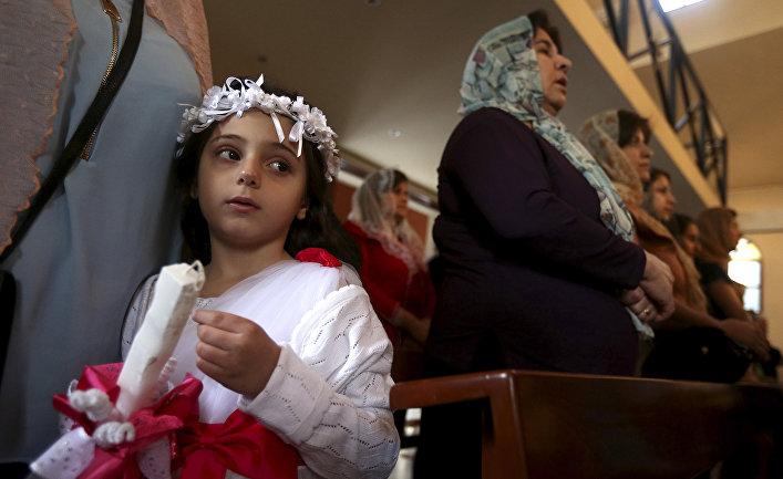 Ассирийские христиане на службе в церкви в Бейруте