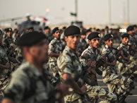 Солдаты сил безопасности Саудовской Аравии во время военного парада в Эр-Рияде накануне ежегодного хаджа