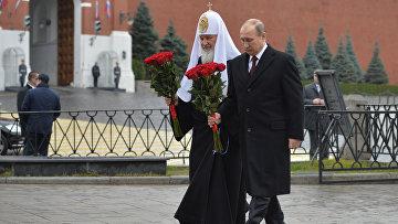 Владимир Путин и патриарх Кирилл возлагают цветы к памятнику Кузьме Минину и Дмитрию Пожарскому на Красной площади