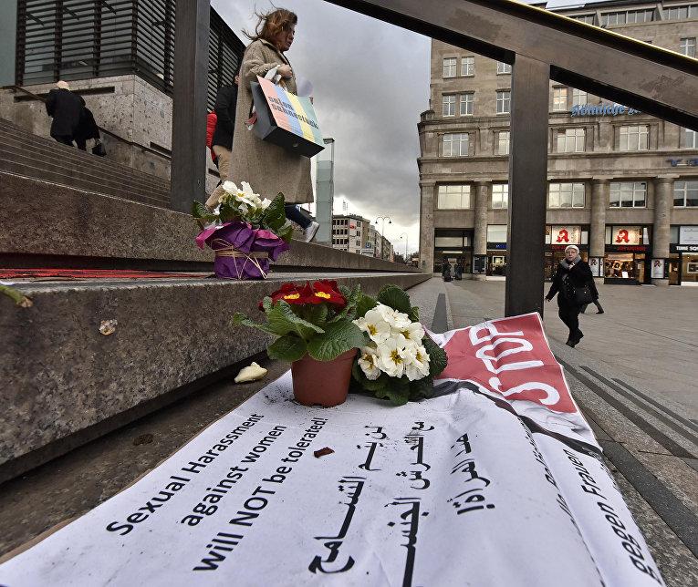 Плакат с надписью «Мы не потерпим сексуальной агрессии против женщин» на ступенях Кельнского собора