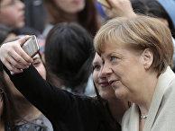 Школьница делает селфи с Ангелой Меркель
