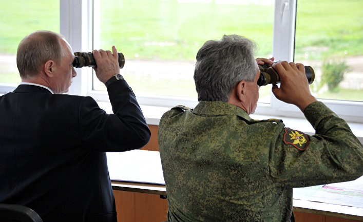 Президент России Владимир Путин и министр обороны РФ Сергей Шойгу наблюдают за военными ученииями на забайкальском полигоне