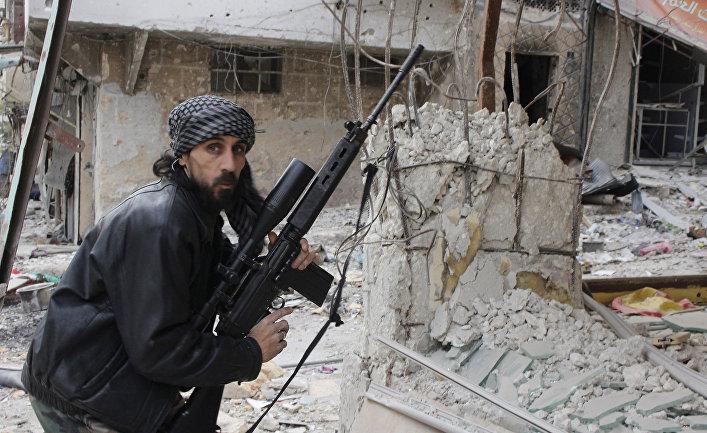 Боец Свободной сирийской армии во время боя в Алеппо, декабрь 2013 года