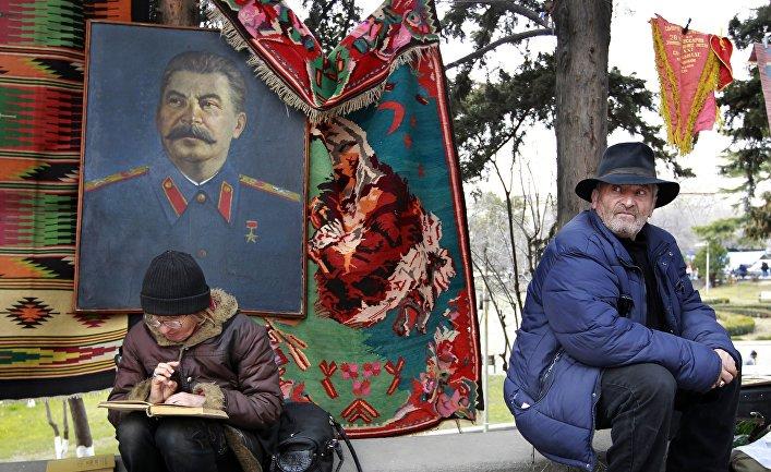 Торговец сувенирами на улице в Тбилиси