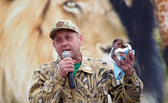 """Директор сафари-парка """"Тайган"""" Олег Зубков с новрожденной обезьянкой"""