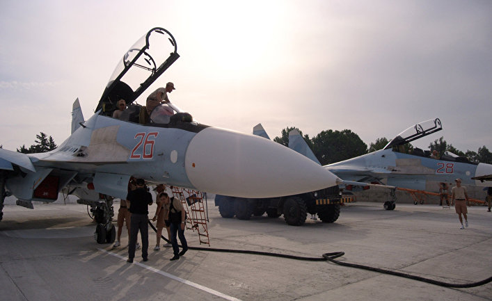 Команда специалистов подготавливает авиацию для вылета на авиабазе Хмеймим, Сирия