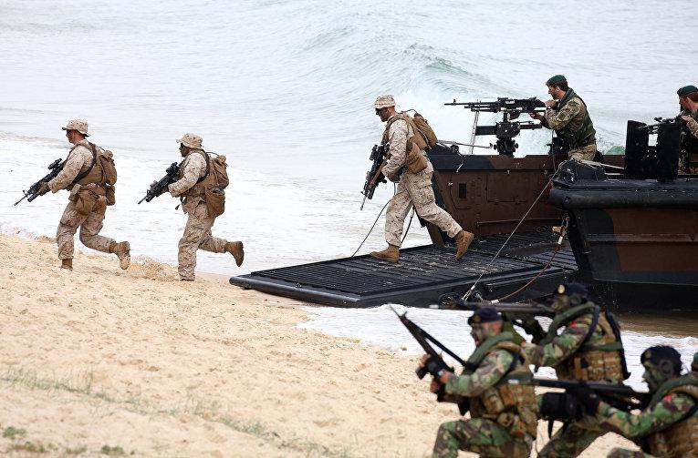 Морпехи Британских Королевский военных сил совместно с португальскими морпехами высаживаются из лодки типа амфибия во время учений НАТО в Лиссабоне