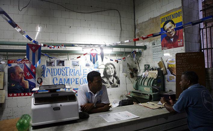Сотрудник магазина разговаривает с покупателем в Гаване