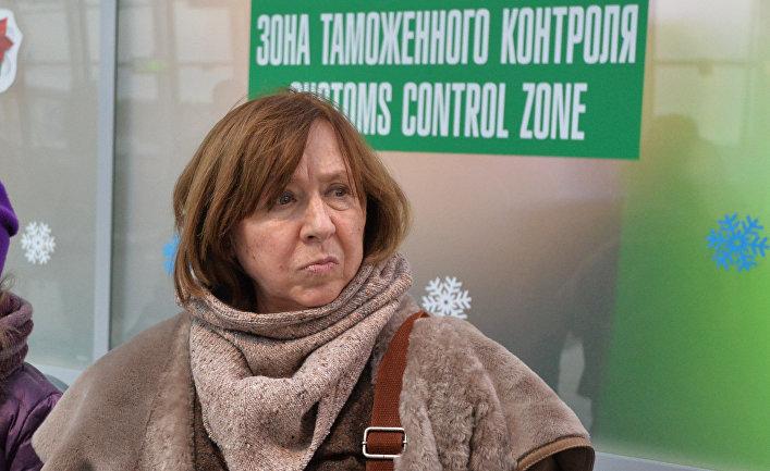 Писательница Светлана Алексиевич в аэропорту Минска