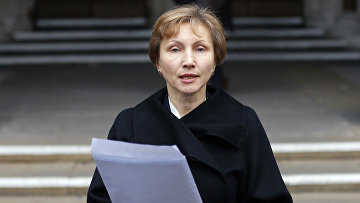 Марина Литвиненко читает заявление возле здания Королевского суда в Лондоне