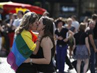 Участницы ежегодного гей парада в Париже