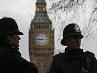 Полицейские патрулируют Парламентскую площадь в Лондоне