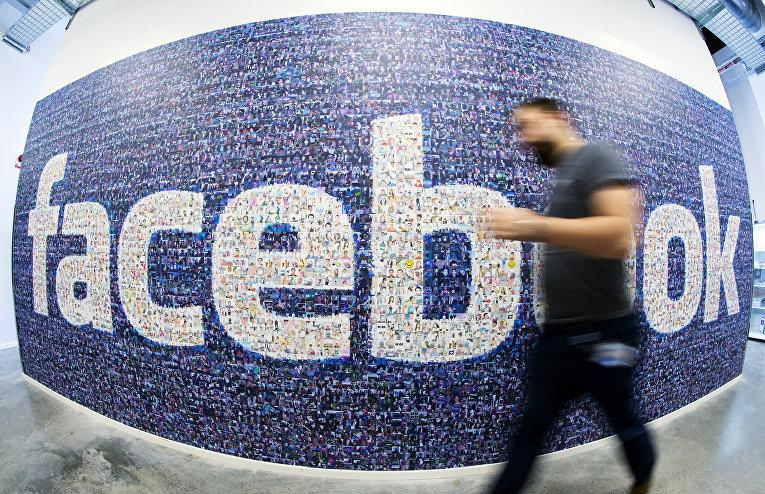 Логотип социальной сети Facebook, собранный из аватарок пользователей