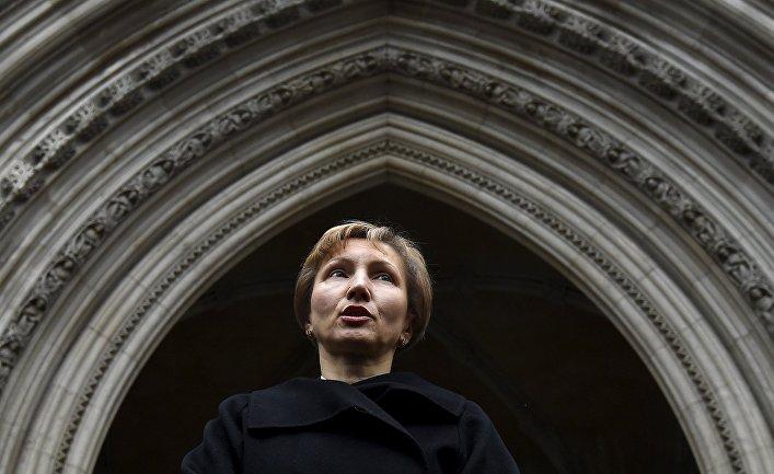Жена Александра Литвиненко Марина зачитывает приговор представителям СМИ возле здания суда в Лондоне 21 января 2016