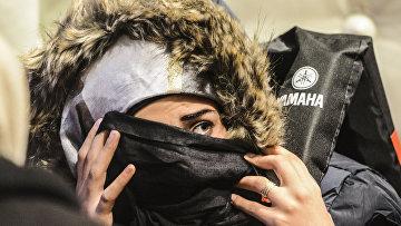 Сирийская беженка прячет лицо на Турецкой границе