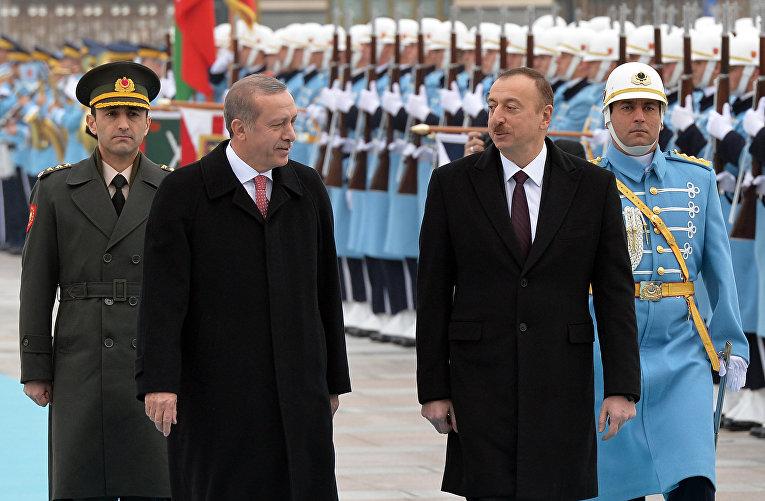 Президент Турции Реджеп Тайип Эрдоган и президент Азербайджана Ильхам Алиев на торжественной церемонии в Анкаре