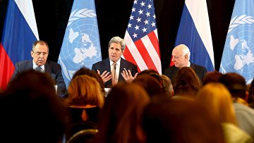 Глава МИД России Сергей Лавров, госсекретарь США Джон Керри и спецпосланник ООН в Сирии Стефан де Мистура в Мюнхене