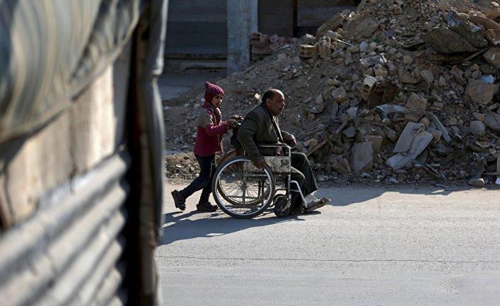 Инвалид Шахрур с дочерью, Дума, Сирия