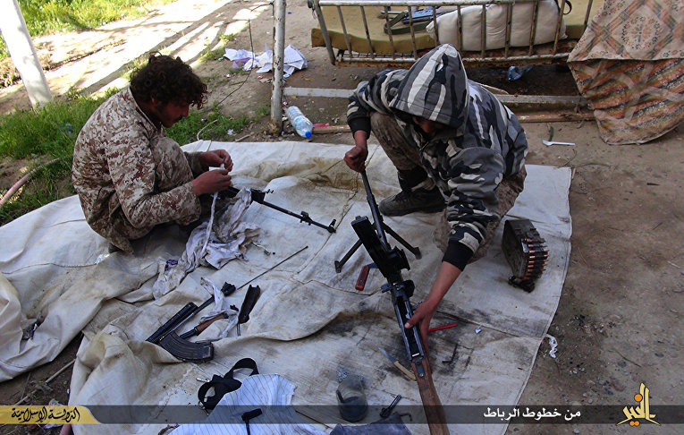 Боевики «Исламского государства» (запрещена в РФ) чистят оружие в городе Дейр эль-Зур в Сирии
