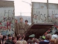 Восточногерманские пограничники в проеме Берлинской стены