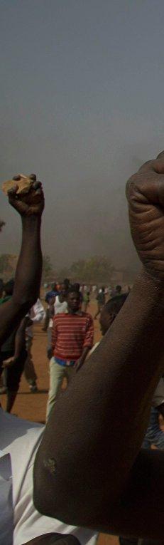 """Протестующий в Нигере с плакатом """"Я - не Шарли"""""""