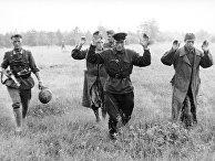 Красноармейцы сдаются солдатам вермахта