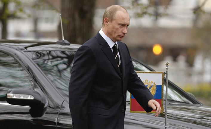 Владимир Путин перед началом церемонии возложения венка к Вечному огню у Могилы Неизвестного солдата в Александровском саду Кремля