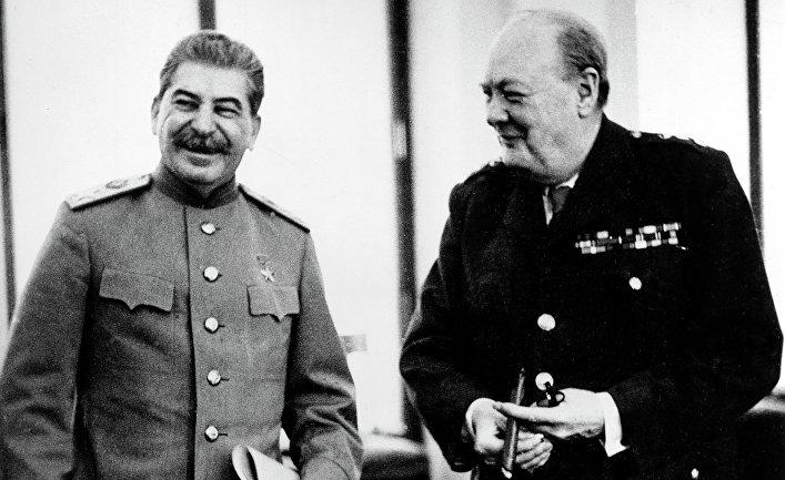 Маршал СССР Иосиф Виссарионович Сталин и премьер-министр Великобритании Уинстон Черчилль в Ливадийском дворце