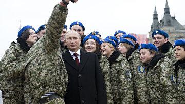 Владимир Путин с участниками молодежного патриотического клуба во время празднования Дня народного единства на Красной площади