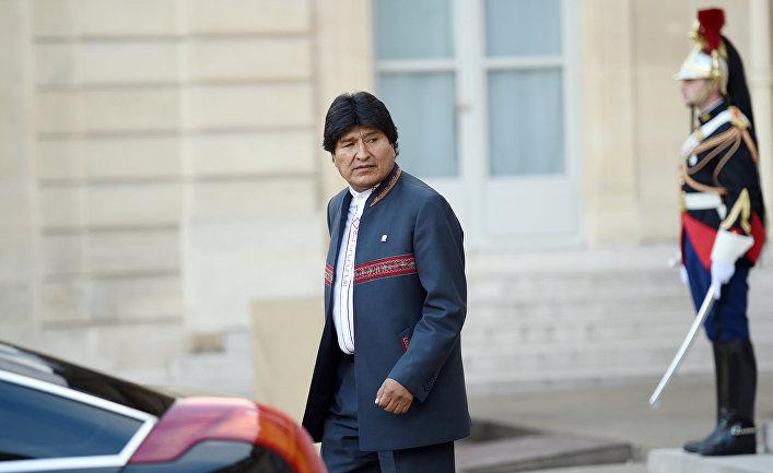 Президент Боливии Эво Моралес покидает Елисеевский дворец в Париже после встречи с президентом Франции Франсуа Олландом