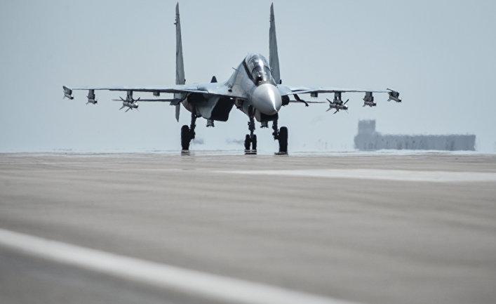 Истребитель СУ-30 СМ готовится к вылету с авиабазы