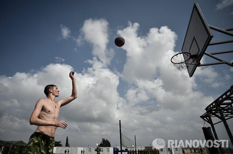 """Военнослужащий занимается спортом на авиабазе """"Хмеймим"""""""