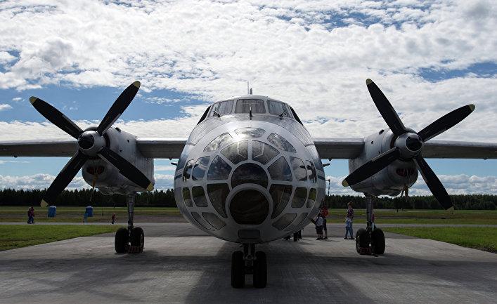 Самолет воздушного наблюдения и аэрофотосъёмки Ан-30 на торжественных мероприятиях, приуроченных к празднованию дня воздушного флота РФ на военном аэродроме Левашово