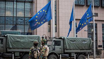 Военнослужащие обеспечивают безопасность штаб-квартиры Европейской комиссии в Брюсселе