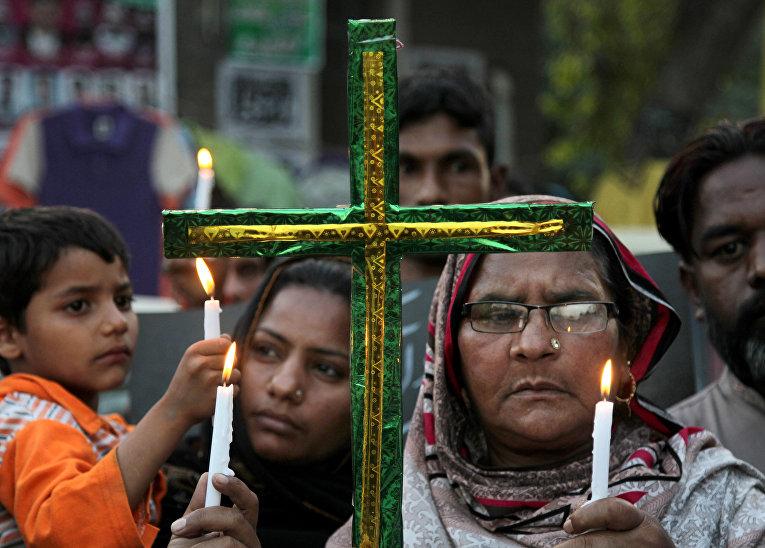 Пакистанские христиане держат свечи в память о жертвах недавнего теракта в Пакистане
