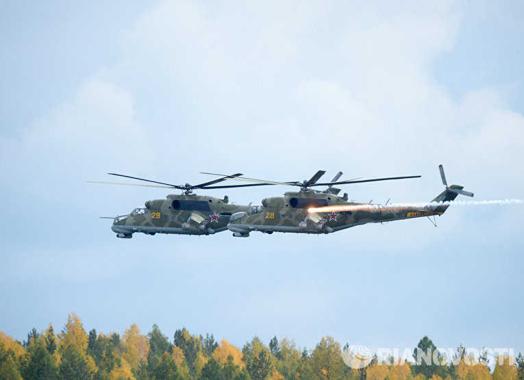 Вертолеты Ми-24 во время демонстрационного показа военной техники в рамках IX Международной выставки вооружения, военной техники и боеприпасов в Нижнем Тагиле