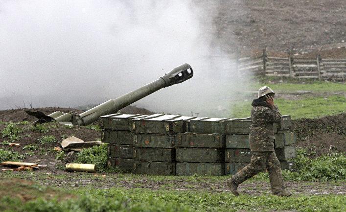 Армянские военные стреляют по позициям в Нагорном Карабахе вблиз деревни Мардакерт в Азербайджане