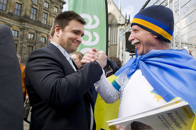 Министр иностранных дел Украины Павел Климкин на демонстрации в поддержку референдума об ассоциации Украины с ЕС на площади Дам в Амстердаме