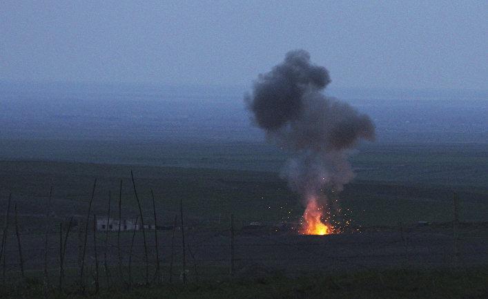 Сбитый силами армии обороны Нагорного Карабаха беспилотник горит в окрестностях города Мардакерт