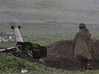 Армянский солдат из армии обороны Нагорного Карабаха на военной позиции недалеко от города Мардакерт