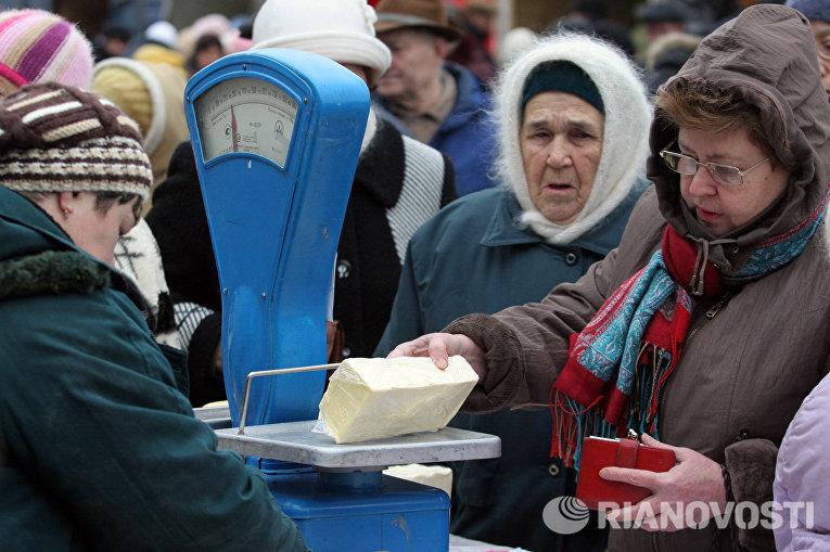 Пенсионеры делают покупки на рынке