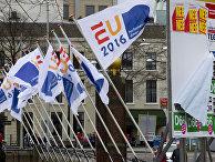 Флаги председательства Нидерландов в ЕС и агитационные плакаты против референдума об ассоциации Украины с ЕС