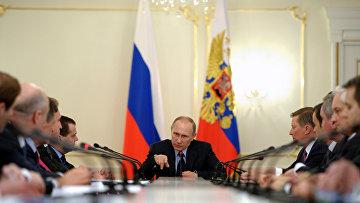 Владимир Путин проводит совещание с членами правительства РФ в резиденции Ново-Огарево