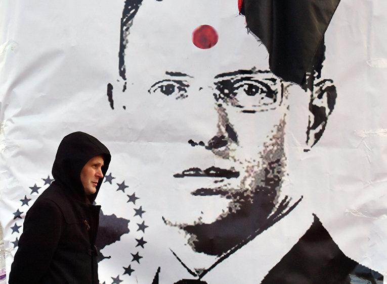 Плакат с изображением премьер-министра Украины Арсения Яценюка с красной меткой на лбу