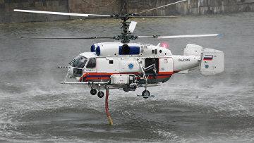 Пожарный вертолет КА-32А набирает воду из реки Москвы