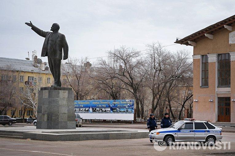 Сотрудники правоохранительных органов в городе Байконуре