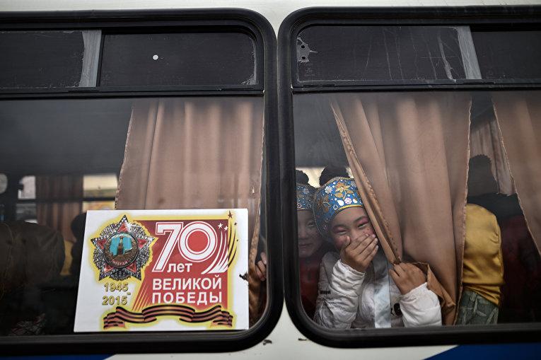 Молодые актрисы в автобусе на территории города Байконур