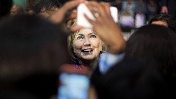 Хиллари Клинтон фотографируется со своими сторонниками