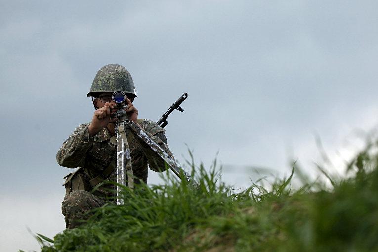Армянский солдат на артиллерийской позиции в городе Мартуни в Нагорном Карабахе